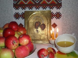В этот день в церкви освящают фрукты, мёд, хлебные колосья.