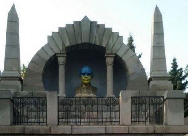 Челябинский Ленин опять стал желто-голубым