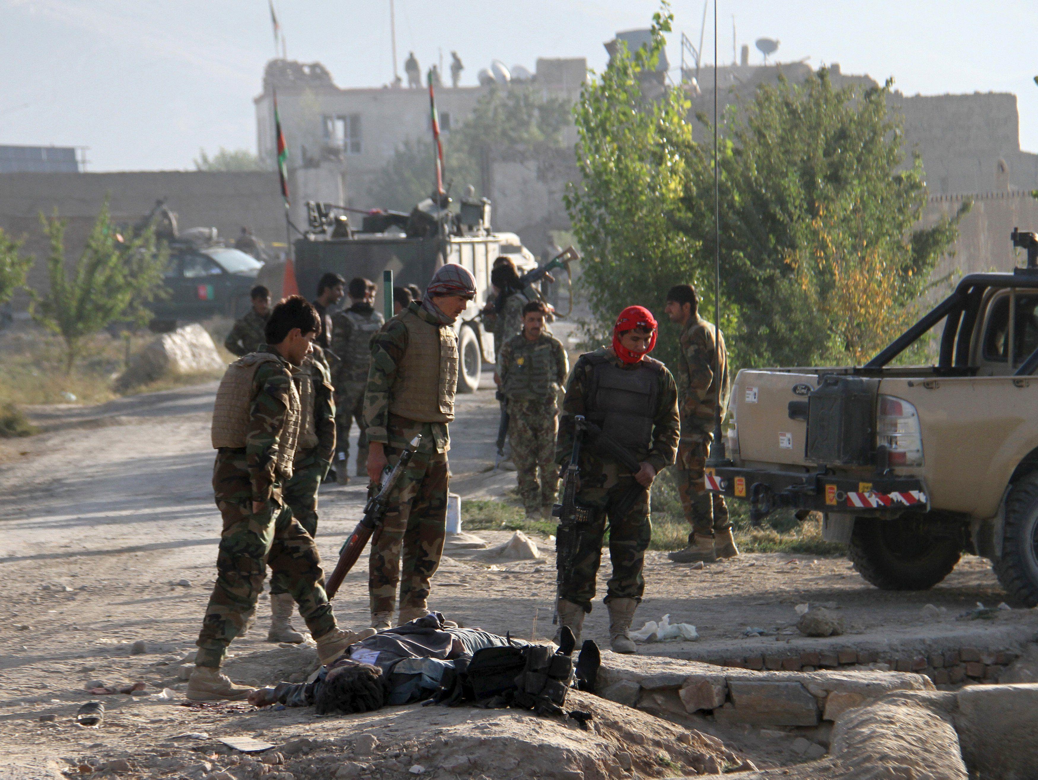 Афганские правоохранители после нападения талибов на тюрьму