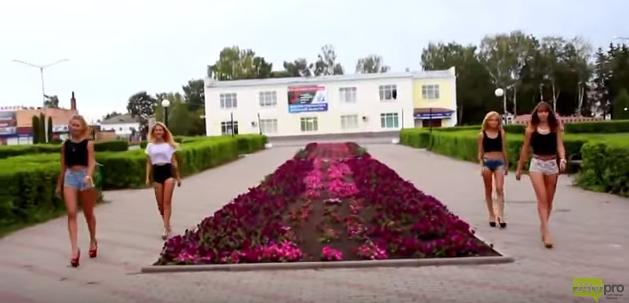 """""""Правонарушители"""" возле мемориала"""