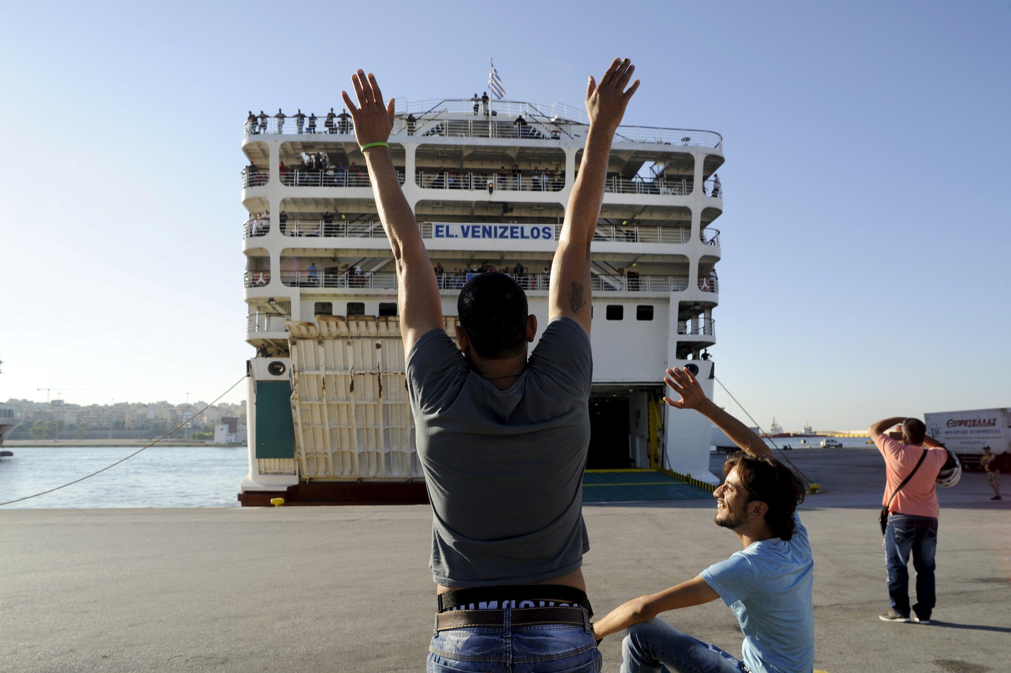 Беженцы из Сирии прибывают в Европу по Средиземному морю, иллюстрация