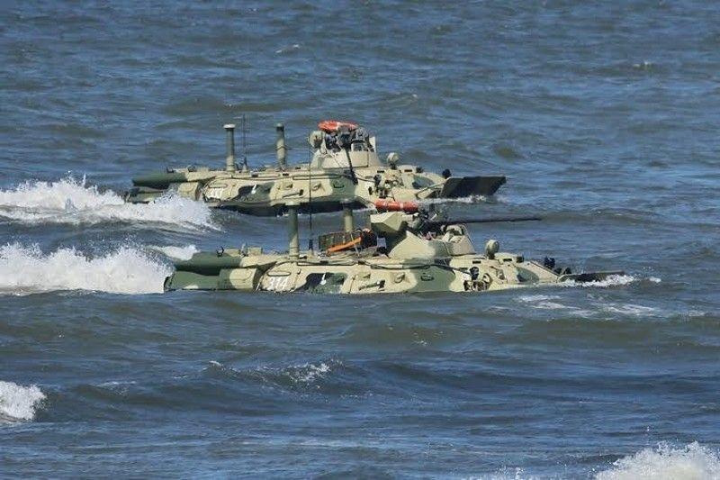 На российско-казахских учениях затонули 4 БТРа
