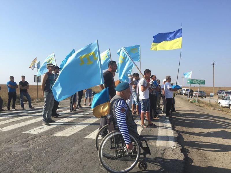 Крымскотатарские активисты заблокировали полуостров