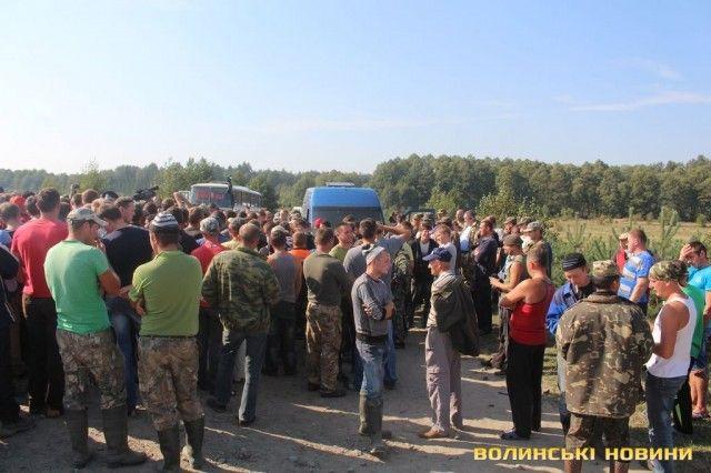 Агрессивные добытчики янтаря на Волыни угрожают перекрыть трассу на Варшаву: опубликованы фото
