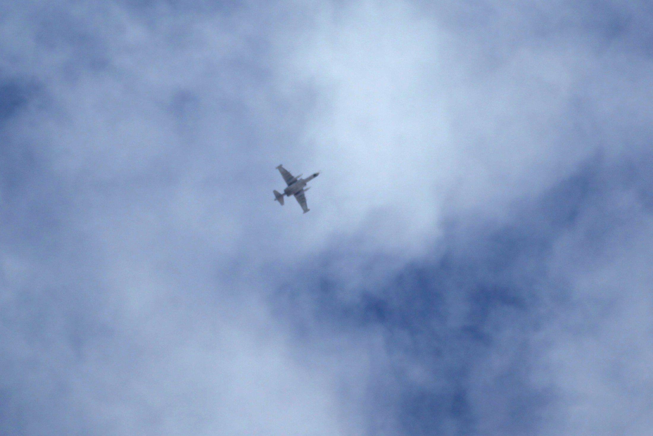 Самолет в небе над Сирией (возможно, российский), иллюстрация