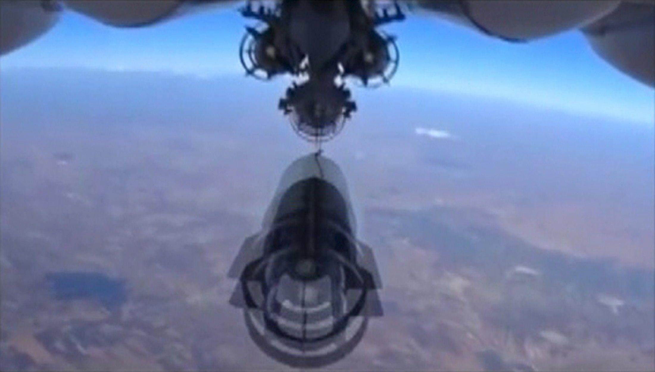 Российский военный самолет сбрасывает бомбы в Сирии