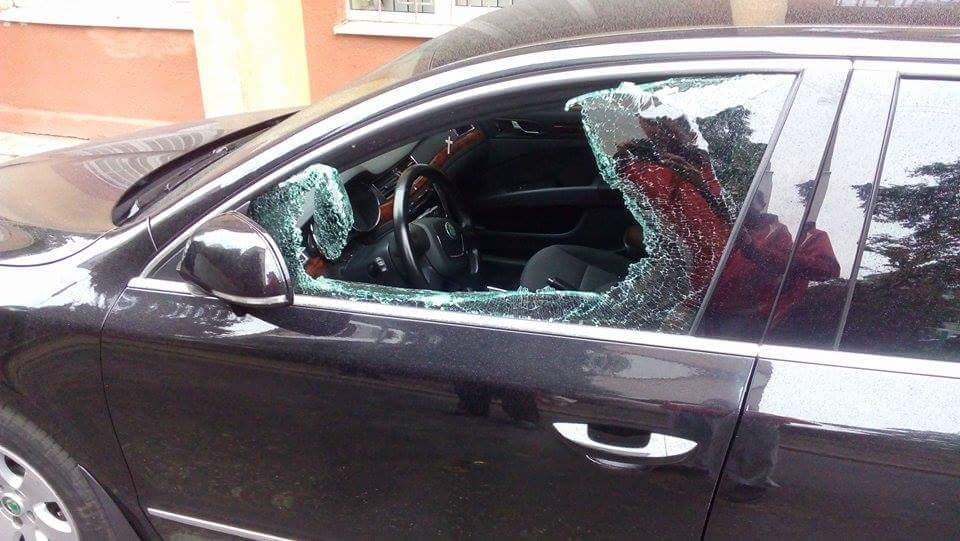 Воры разбили окно в машине Парасюка