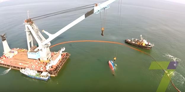 Поднятие со дна моря затонувшего катера