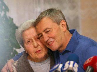 Коломойский с милой бабушкой, иллюстрация