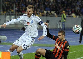 Андрей Яомоленко и Ярослав Ракицкий в борьбе за мяч