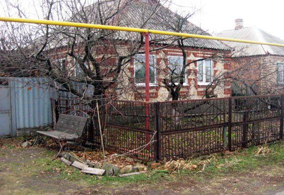 В доме обнаружены трупы 3 человек со следами насильственной смерти.