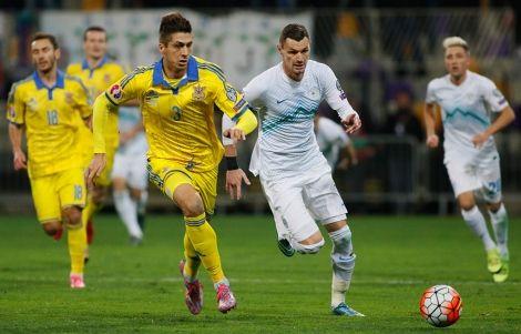 Евгений Хачериди в борьбе за мяч
