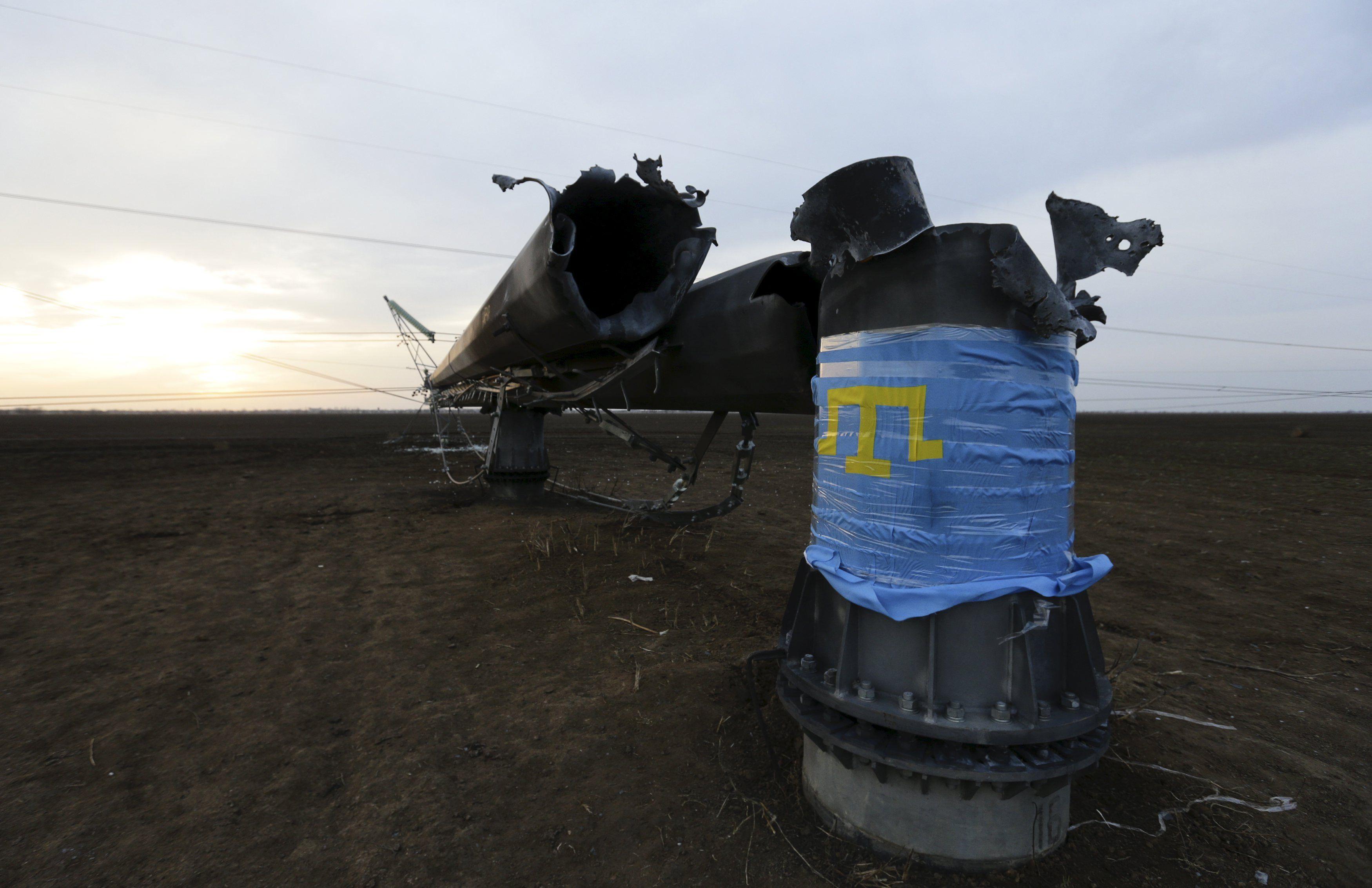 Поврежденные опоры ЛЭП, ведущие в Крым.