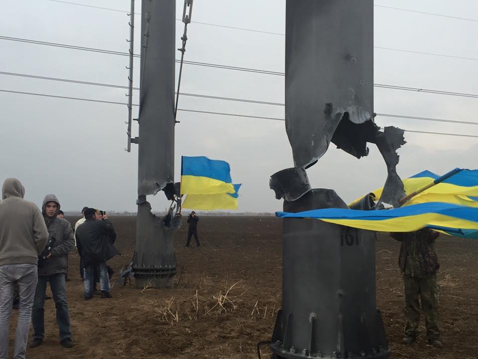 Взорванная опора ЛЭП, по которой электричество шло в Крым