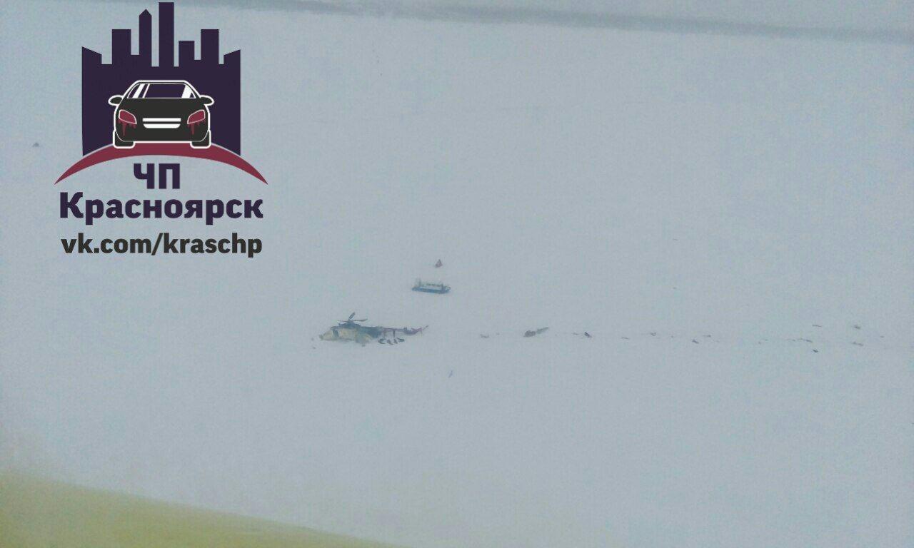 Вертолет упал в Енисей, лежит на льду.