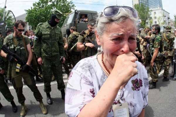 Пожилая женщина на фоне боевиков ЛНР, иллюстрация