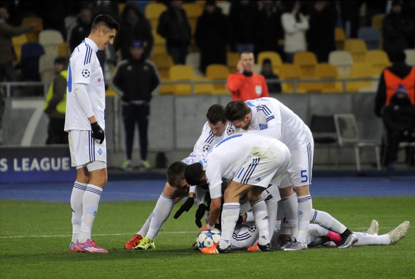 Динамовцы празднуют гол в ворота