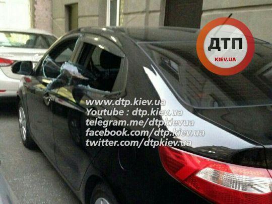 В припаркованном авто разбили стекла