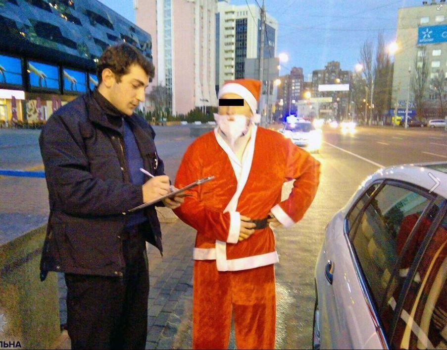 Полицейские оштрафовали Деда Мороза