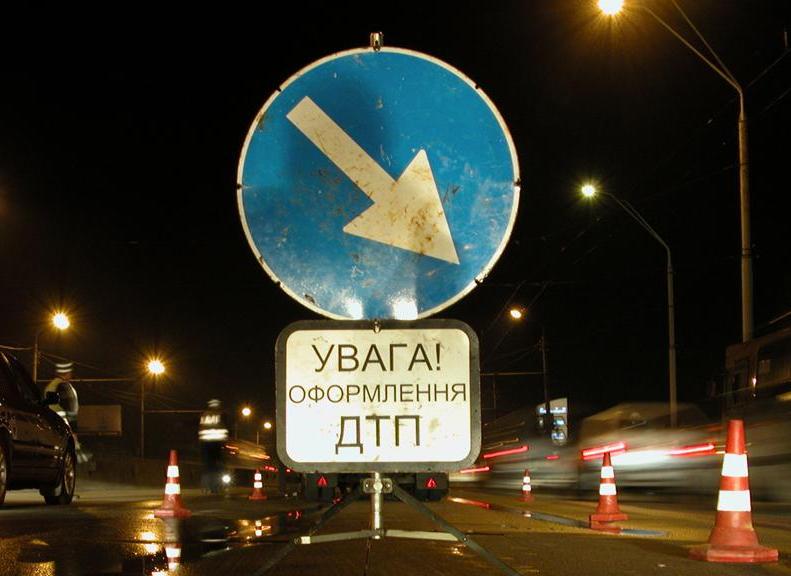 В Запорожье девушка врезалась в авто полиции, наехала на двух пешеходов и скрылась