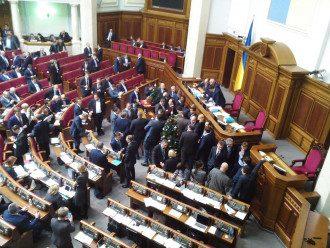 У Раді депутати блокують трибуну.