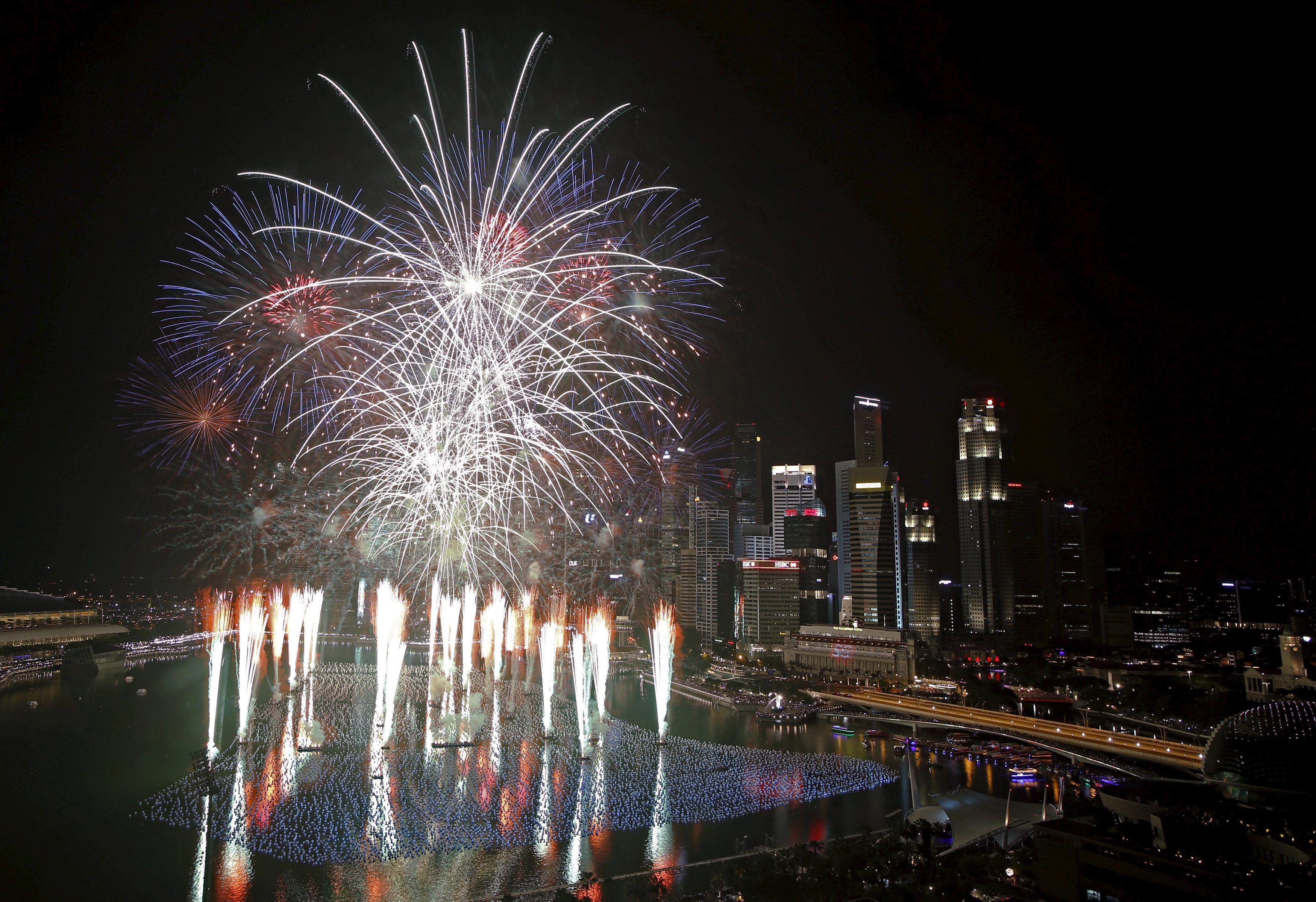 Сингапур платит деньги гражданам - за то, что они помогают стране развиваться