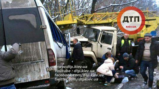 В Киеве маршрутка столкнулась с автовышкой