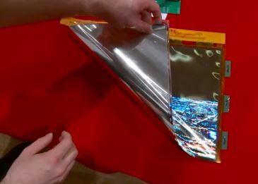 Корейские инженеры показали экран, сворачивающийся в трубочку