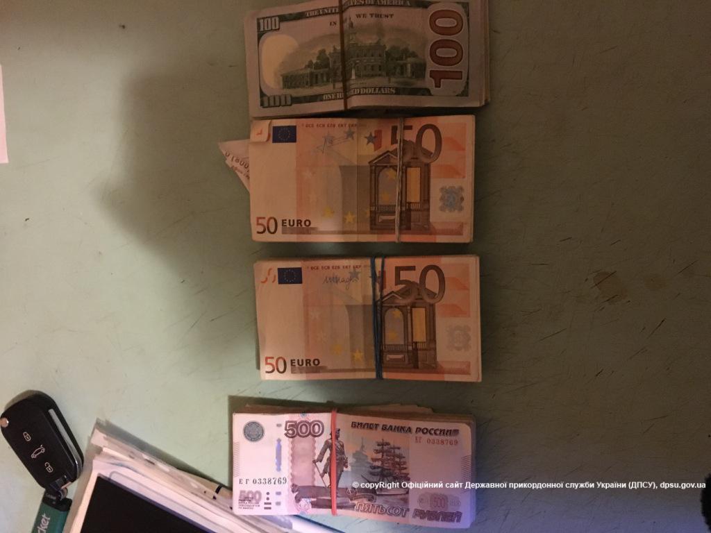 На КПП поймали обмотанного валютой автомобилиста