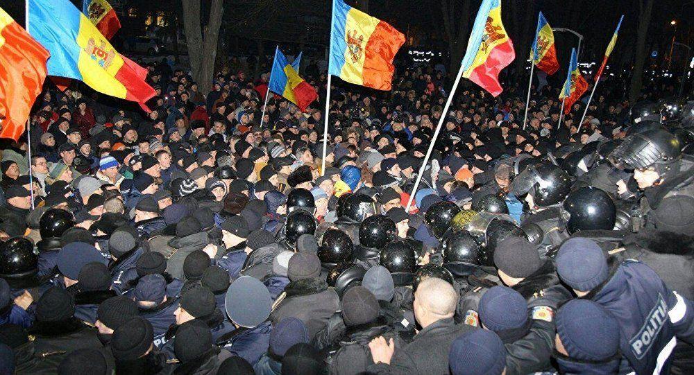 В Кишиневе спецназ выдавил протестующих из парламента