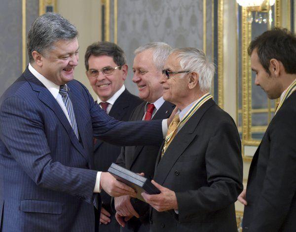 Порошенко наградил орденом Свободы Дмитрия Павлычко и Святослава Вакарчука.