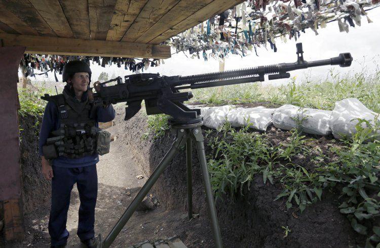 Украинский военный с крупнокалиберным пулеметом