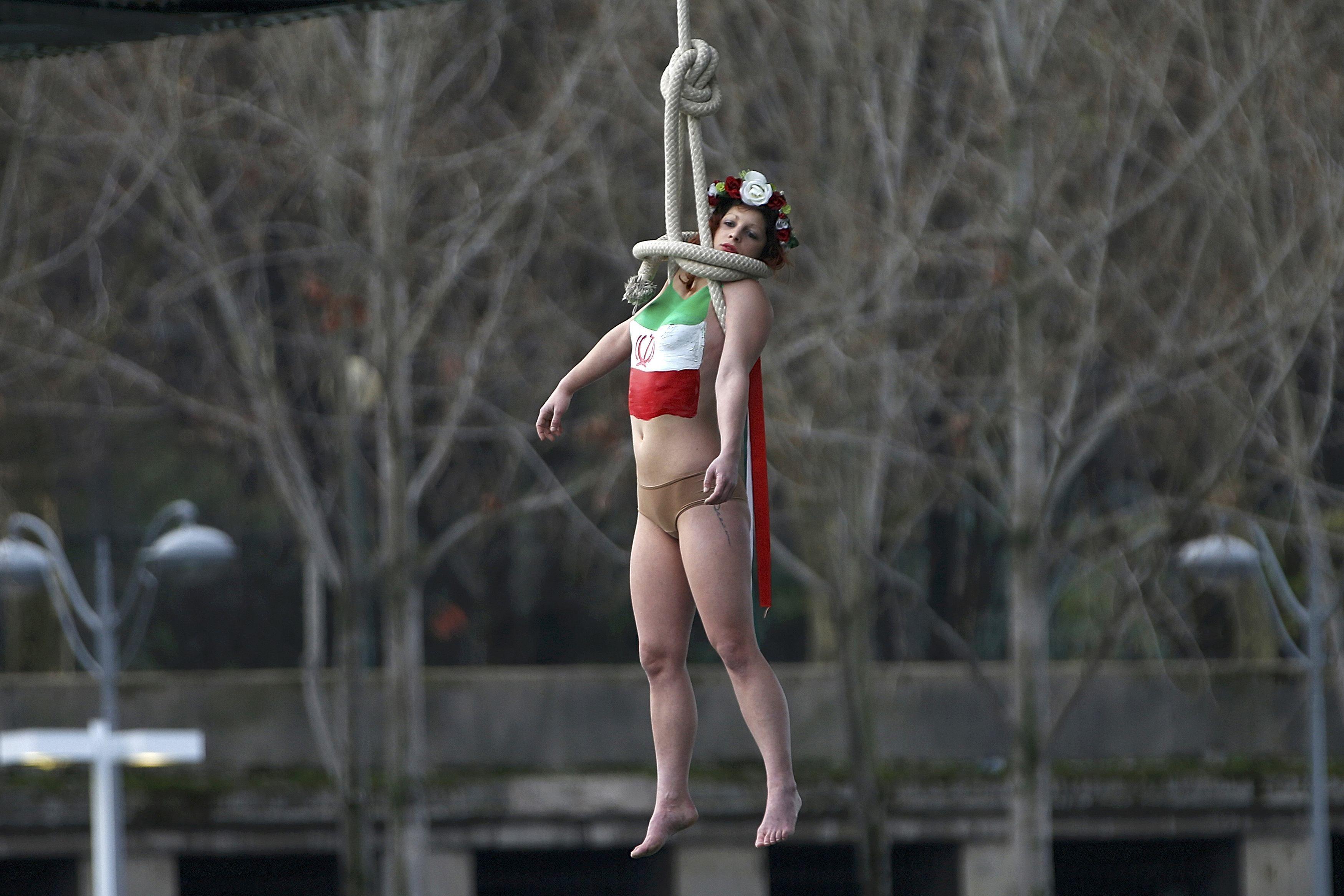 В Париже FEMEN встретили президента Ирана подвешенной обнаженкой: опубликованы фото