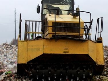 В России бульдозером раздавили 19 тонн яблок и груш