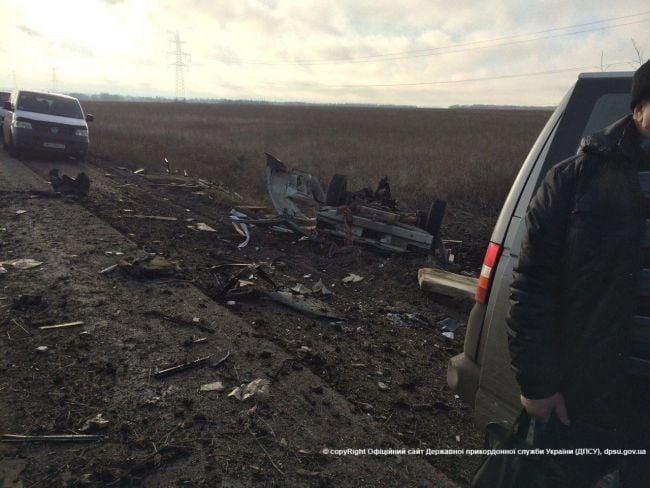 Автомобиль выехал на обочину, скорее всего, пытался обойти общую очередь.