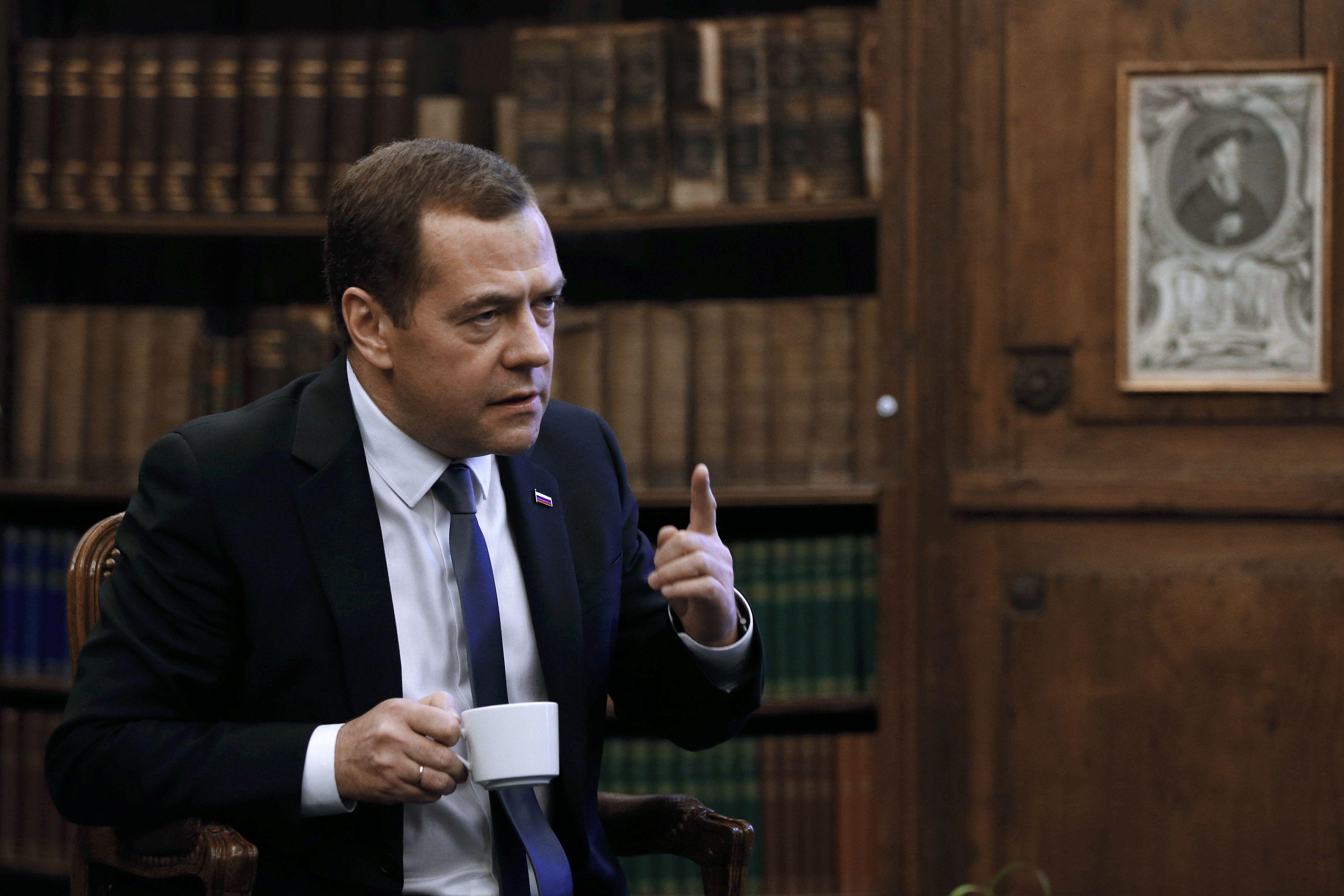 Медведев поздравил россиянок сборта самолета