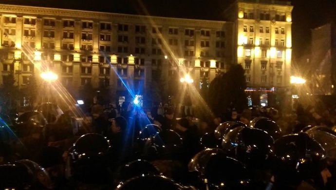 На Майдан неизвестные в камуфляже пыталась пронести палатки, полиция помешала.