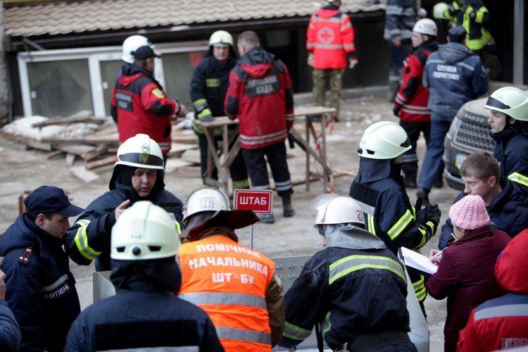 Спасатели разбирают завалы обрушившегося дома в Киеве.