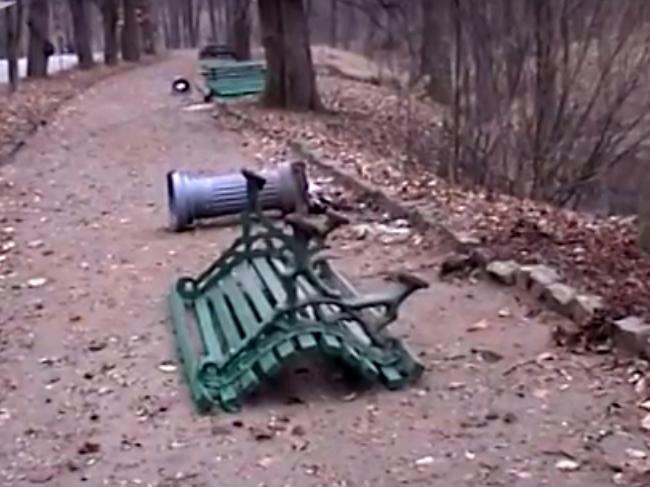 Вандалы разрушили аллею в парке