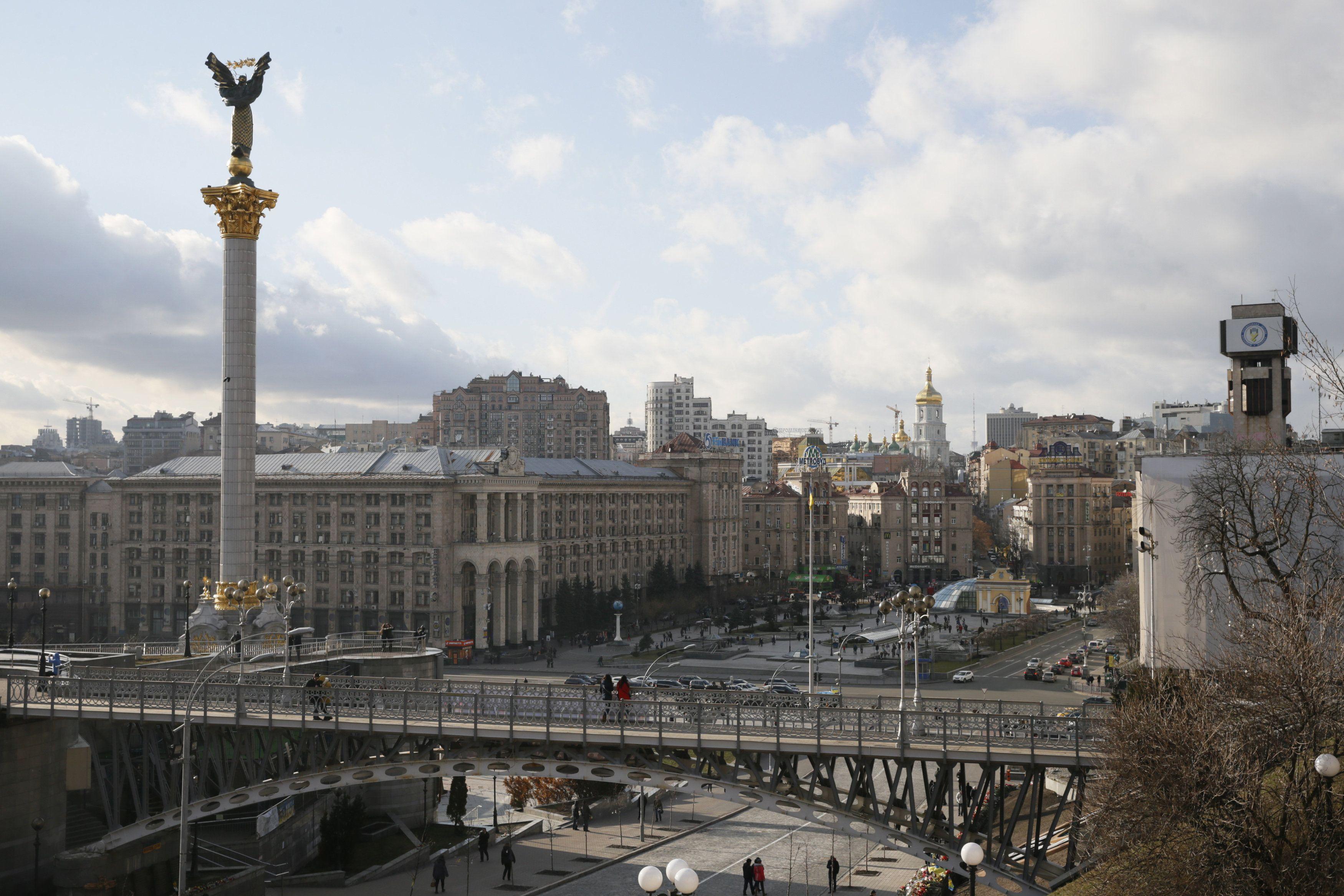 Освещение оключат монумента Независимости и флагштока на Майдане.