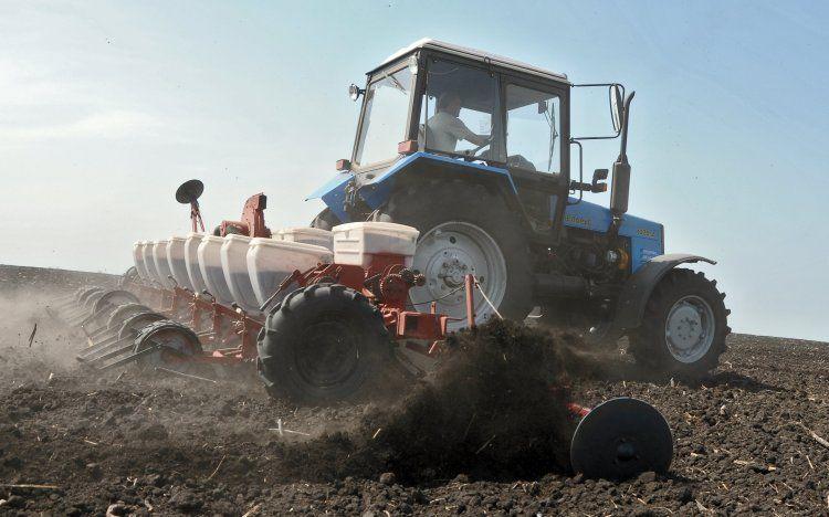Трактор на весенне-полевых работах