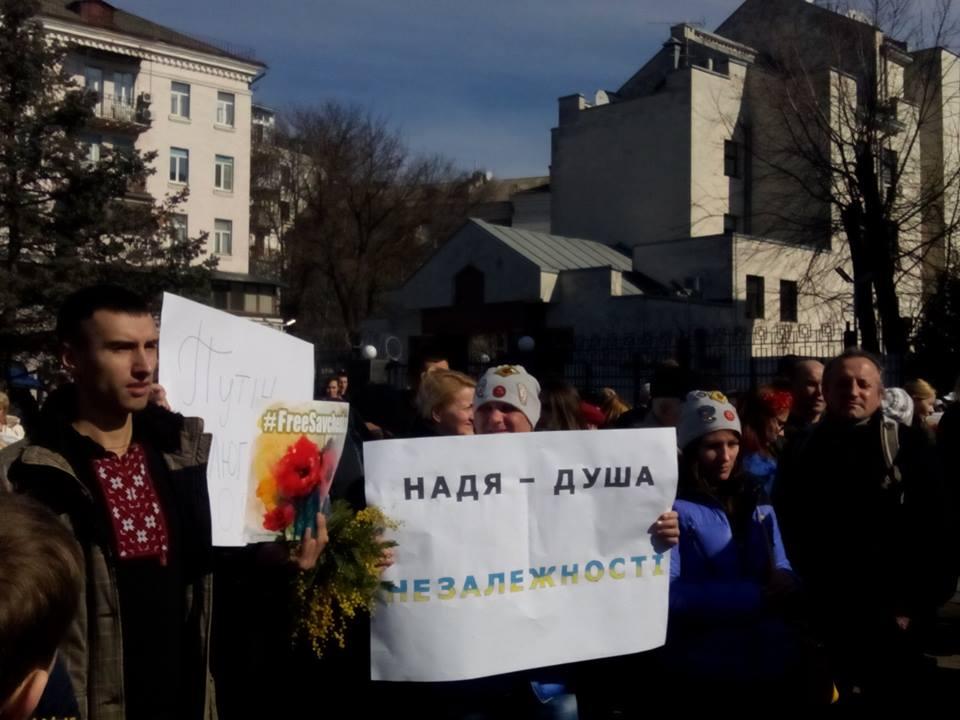 В Киеве под посольство РФ принесли шины