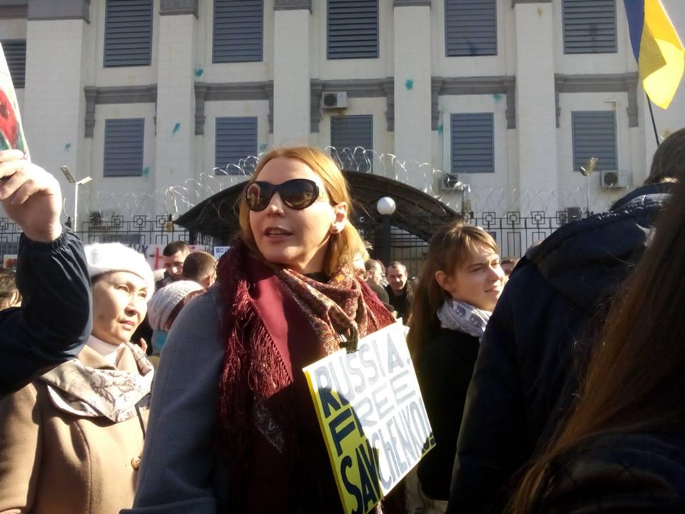 В Киеве под посольство РФ принесли шины и передали петицию с требованием освобождения Савченко