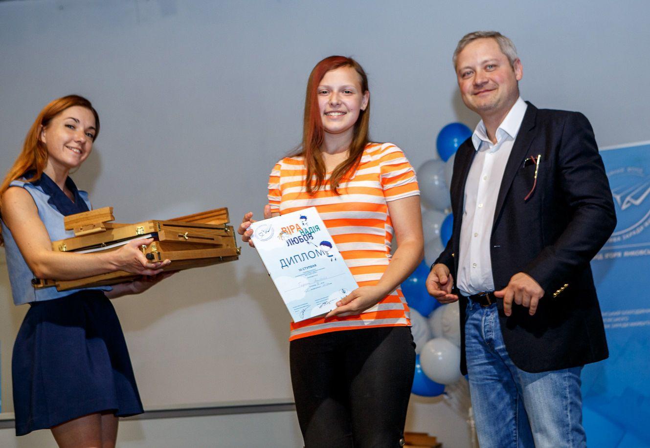 Игорь Янковский вручает награды во время финала III Всеукраинского конкурса детского творчества