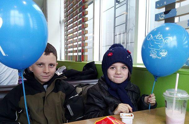 Брат и сестра Ивана Лясы после отдыха в лагере