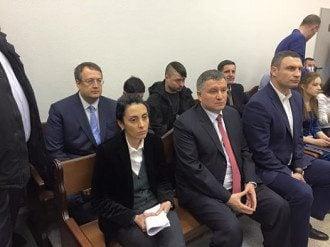 Глава Нацполиции Хатия Деканоидзе, глава МВД Арсен Аваков и мэр Киева Виталий Кличко слушают приговор суда