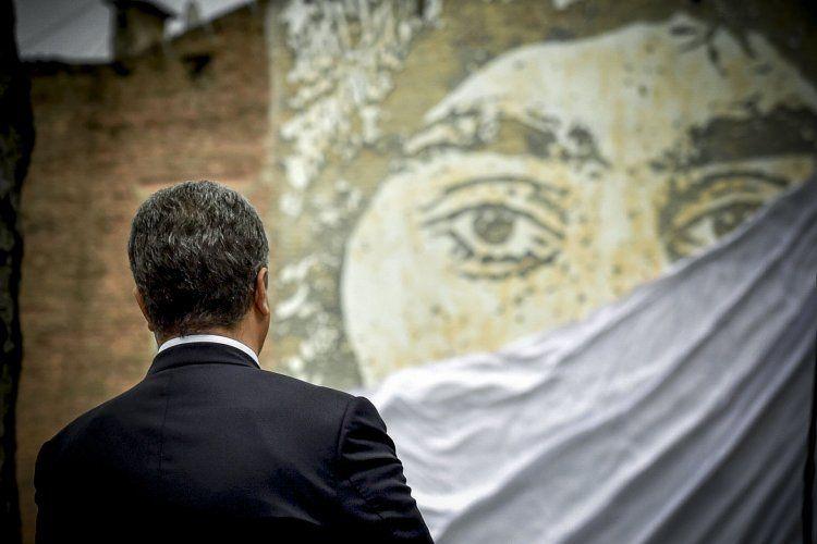 Петр Порошенко напротив стеллы Сергею Нигояну
