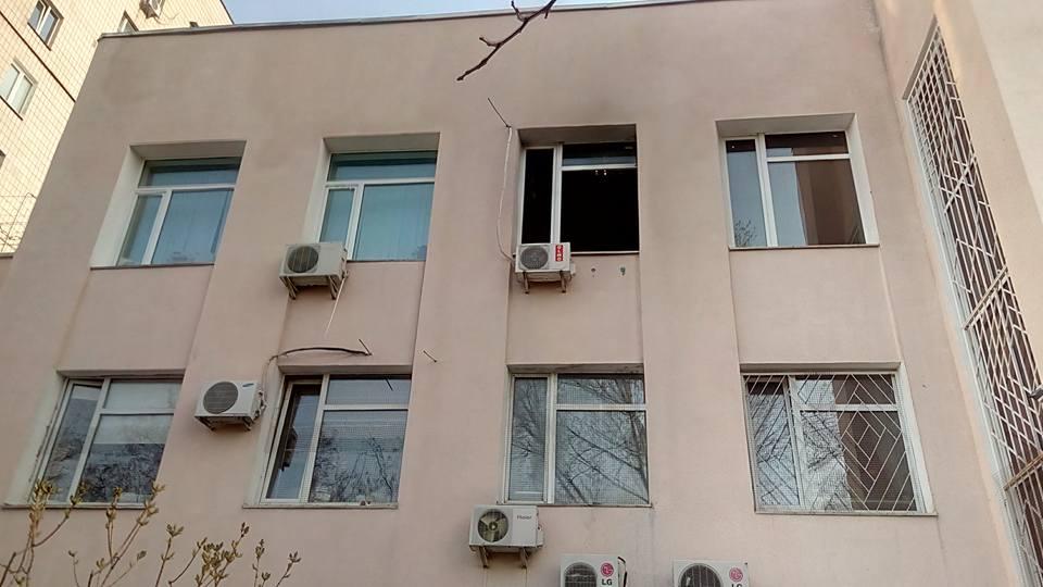 Окно выгоревшего кабинета судьи Николая Дидыка