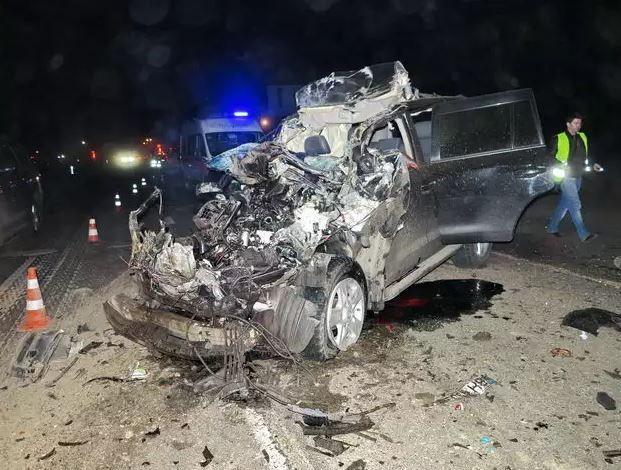 ДТП под Киевом: джип на огромной скорости протаранил мусоровоз, есть погибшие