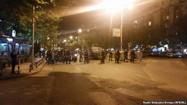 Демонстранты разбили окна в одном из офисов в центре Скопье.